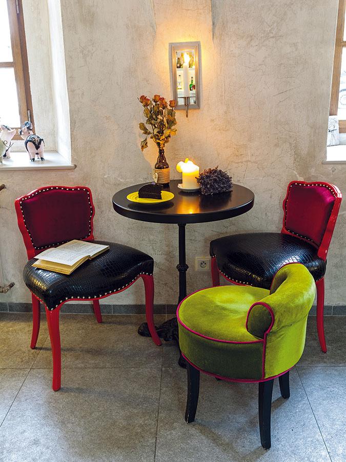Interiér kaviarne s veselými zvieracími motívmi a výraznými farebnými, čiastočne historizujúcimi stoličkami je výsledkom práce majiteľovej mamy. Tá zariadila aj druhú kaviareň a ubytovacie priestory, ktoré rodina rovnako prevádzkuje v Jorgesovom dome.