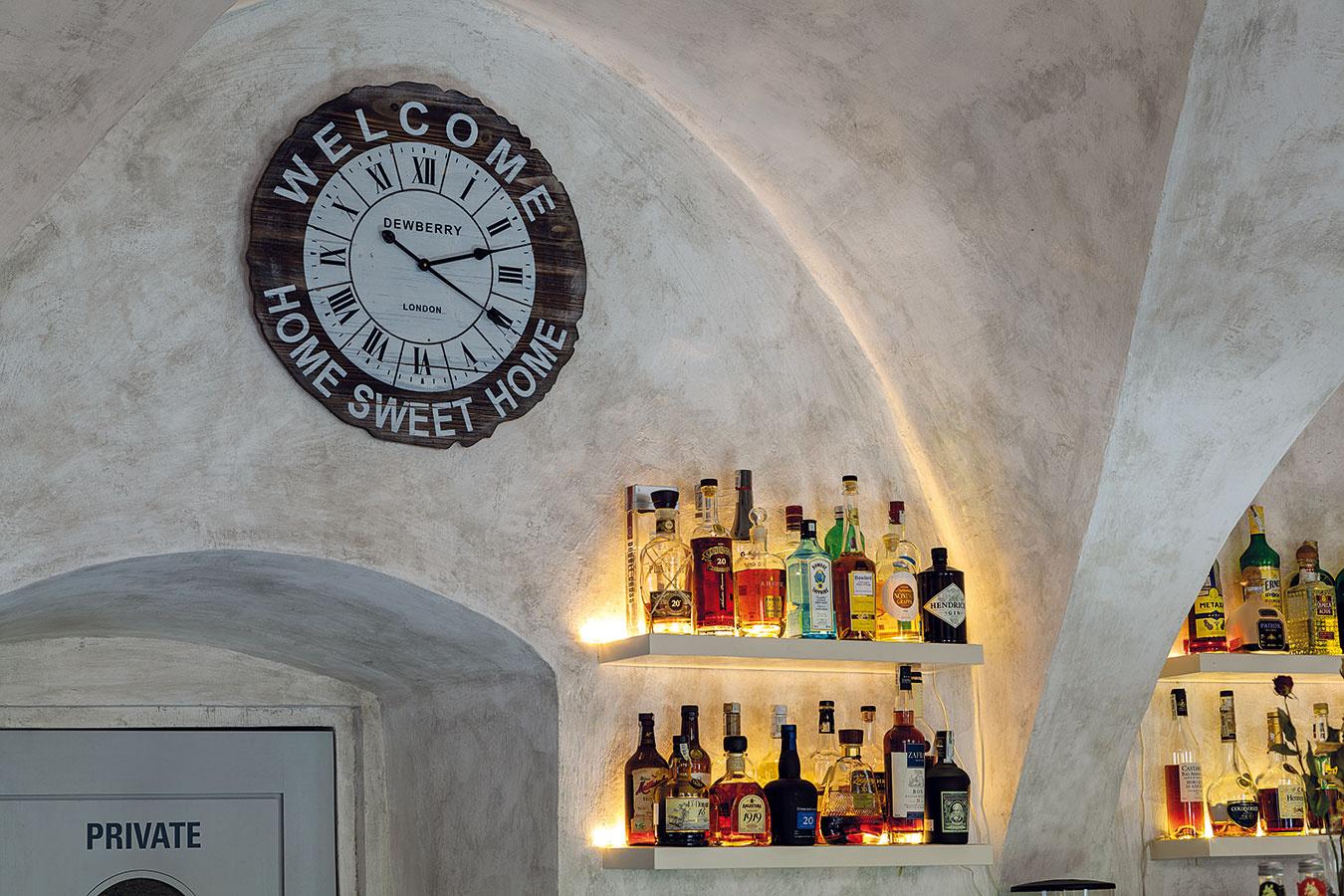 Kaviareň sídli v meštianskom dome, ktorý je zároveň národnou kultúrnou pamiatkou. Historický charakter inak moderne ladeného priestoru podčiarkuje zachovanie pôvodnej klenby aj povrchová úprava stien.