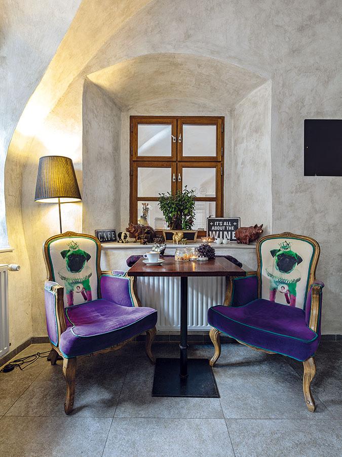 Väčšinu stoličiek aobrazy majitelia zakúpili vpredajni KARE Bratislava, niektoré však pochádzajú zTalianska. Hoci je druhá kaviareň vBanskej Bystrici zariadená vo francúzskom štýle, časť zariadenia migruje medzi prevádzkami. Sedačku si nechali podobne ako dosky stolov vyrobiť na mieru na Slovensku. Postarala sa one badínska firma Dremont.