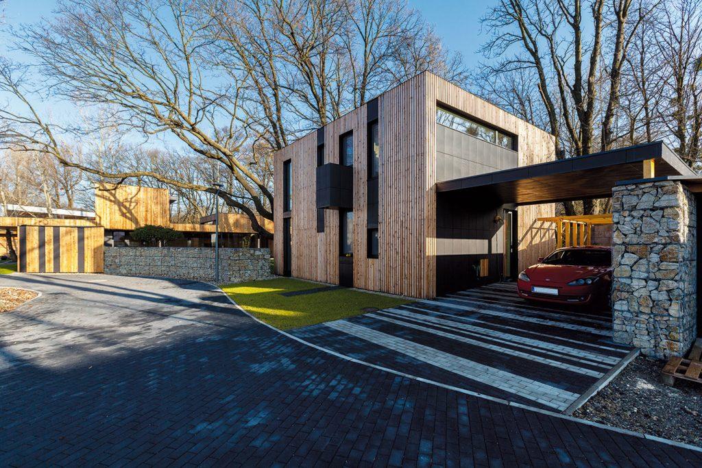 Výsledkom svojpomocnej práce mladého architekta je tento dom v Rusovciach