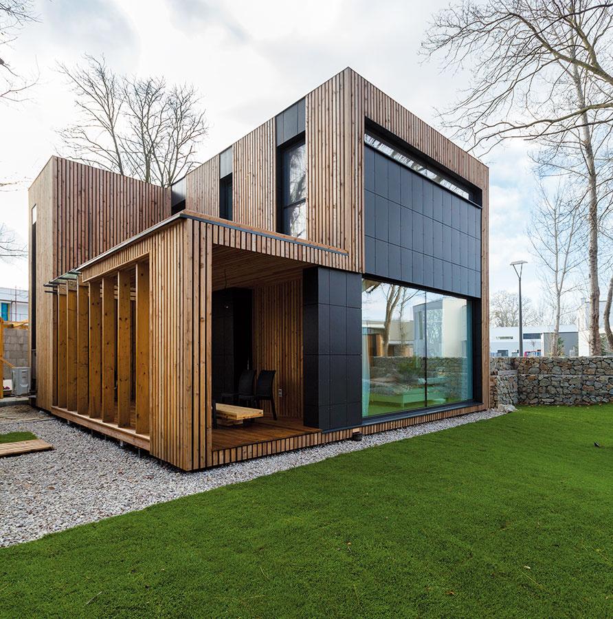 Vykrojená hmota domu na podlaží narúša jeho formu kocky, no je pripravená dorásť. V budúcnosti by mala byť priestorom na druhú detskú izbu.