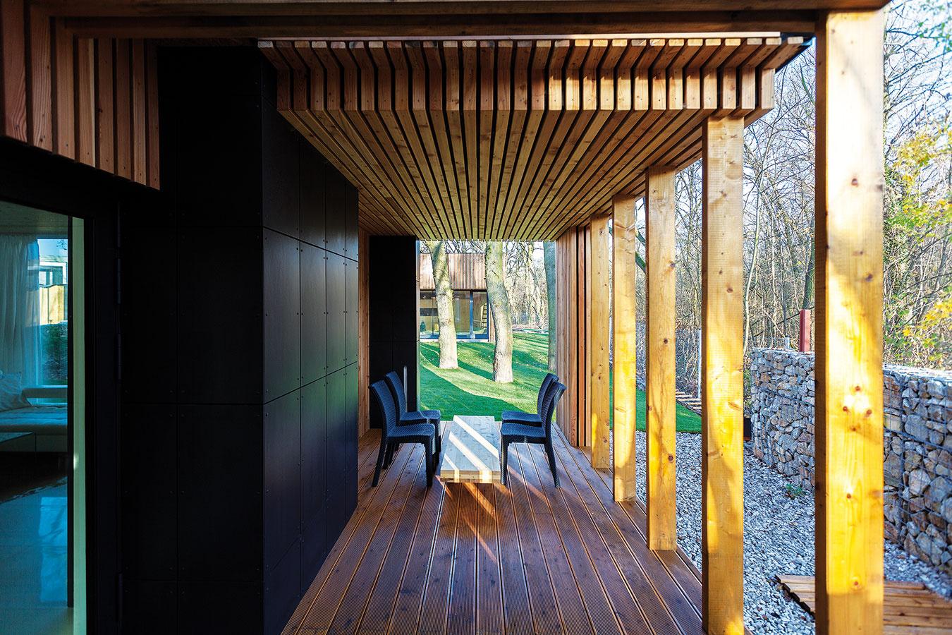 Terasa na prízemí je prístupná z obývacej izby spojenej s kuchyňou. Poveternostne je chránená z takmer troch strán, čo zvyšuje aj jej mieru súkromia.
