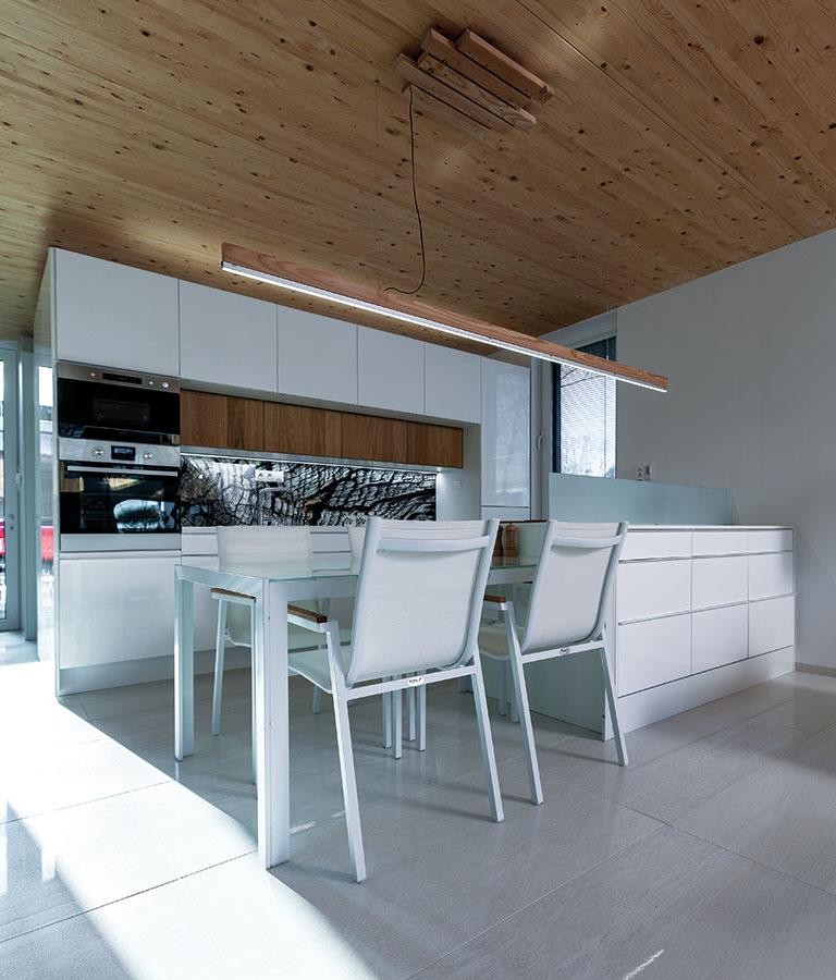 Materiály v interiéri sú kombináciou jednoduchého surového dreva a bielej farby. Manželia nepotrebovali túto priamosť potláčať, dom sa predsa postupne zaplní sám.