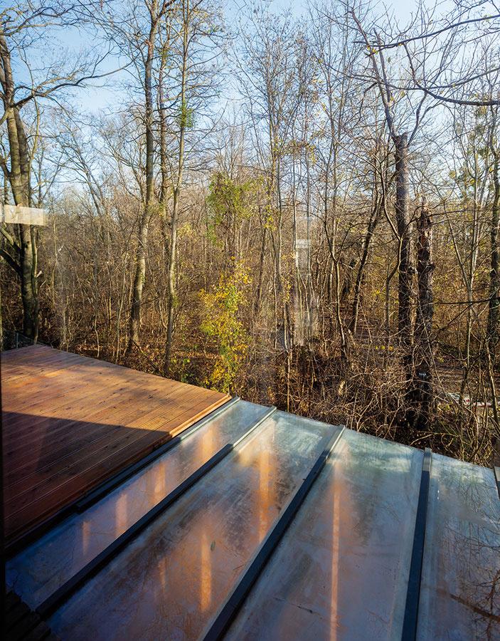 Z hornej terasy majú majitelia príjemný výhľad do lesa. Kvôli bezpečnosti však pribudne ešte zábradlie, aby si ho v budúcnosti mohli bezpečne užívať aj deti.
