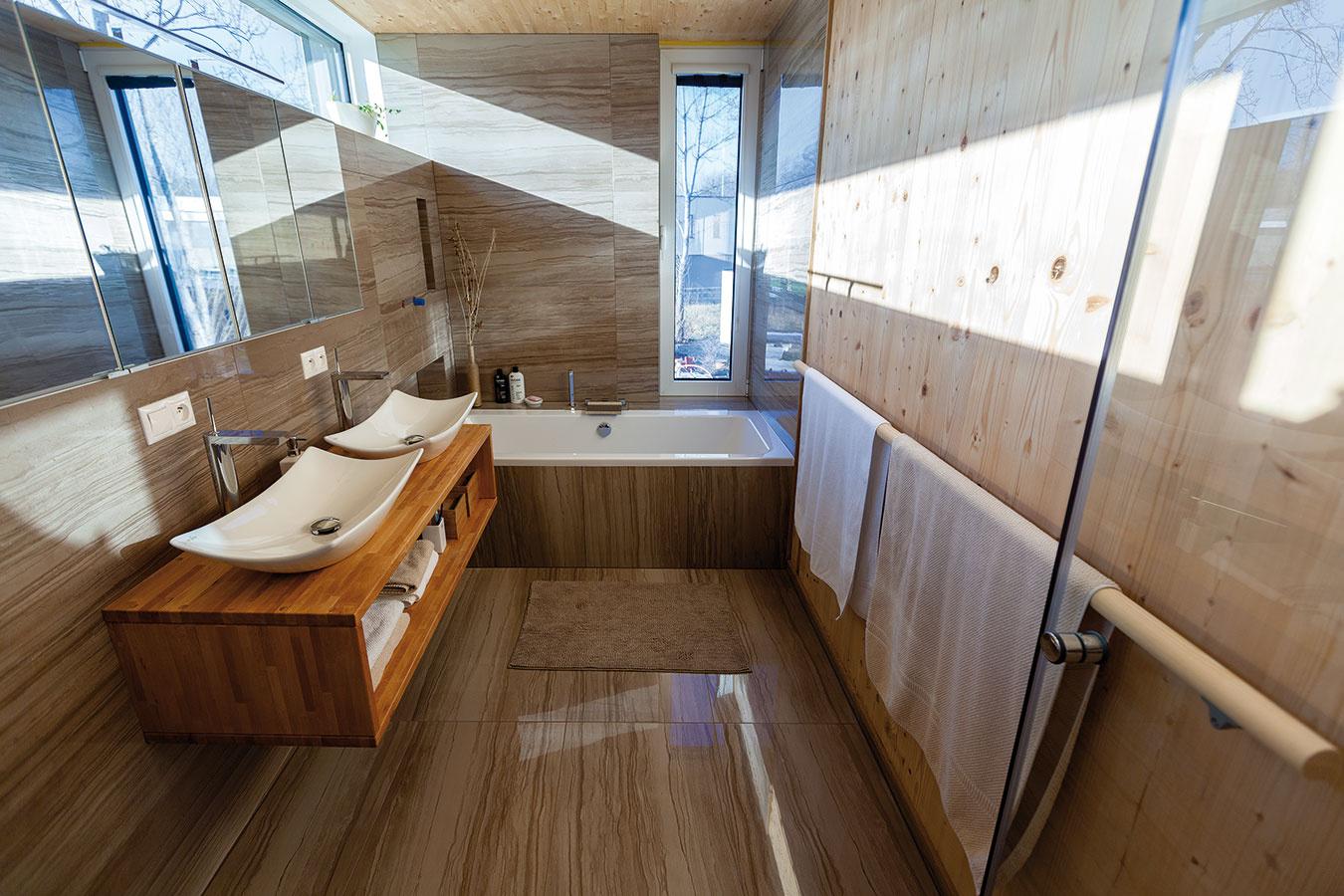 Kúpeľňa orientovaná na východ a juh je takmer celý deň presvetlená prirodzeným svetlom. Netradičné rozmery a umiestnenie okien jej navyše dodávajú akúsi poetickú dynamiku.