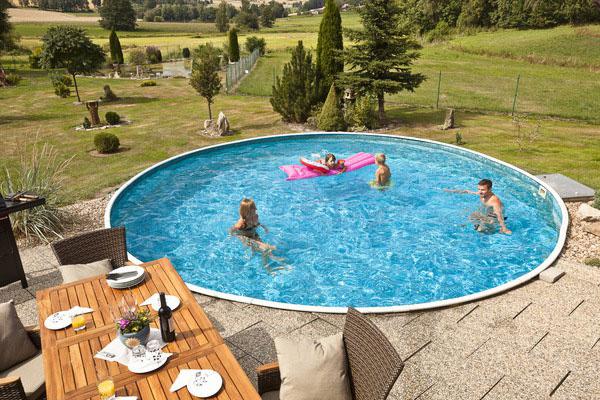 Starostlivosť o bazén je potrebné zaistiť aj v dobe dovolenky. Potrebné je najmä nastaviť pravidelný chod filtrácie.