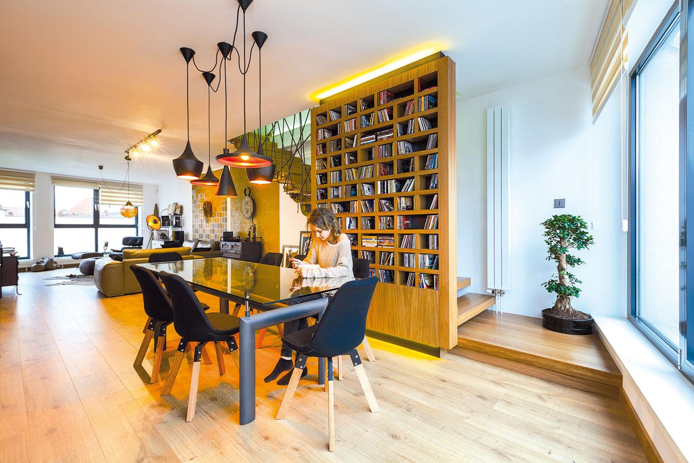 Párty byt. Keďže Dušan aLea radi varia ačasto knim chodia hostia, potrebovali priestor pre veľa ľudí. Dizajnér ich želanie splnil veľkým jedálenským stolom ašpičkovo vybavenou kuchyňou, vktorej nechýba ani vinotéka.