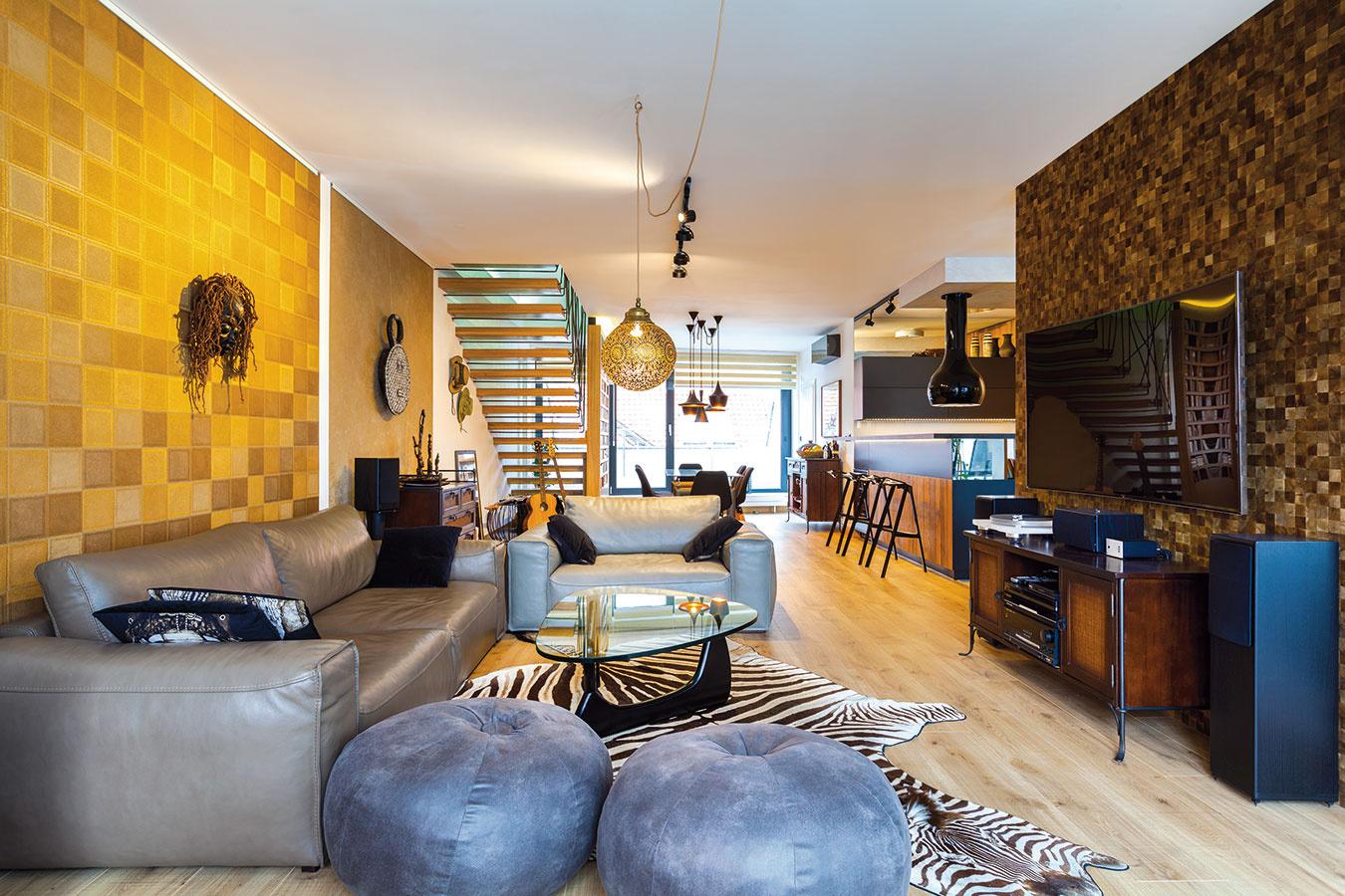 """Farba kože. Jednou znajnáročnejších úloh bolo vybaviť obývačku dostatkom sedacieho nábytku tak, aby nepôsobila zapratane. """"Chcel som, aby mal každý kus inú farbu kože, vďaka čomu nebude sedací nábytok vyzerať ako jedna veľká masa. Zároveň bolo dôležité, aby bol priestranný apohodlný aaby jeho povrch nebol chúlostivý,"""" vypočítava dizajnér požiadavky, ktoré urobili zhľadania sedačky beh na dlhú trať."""