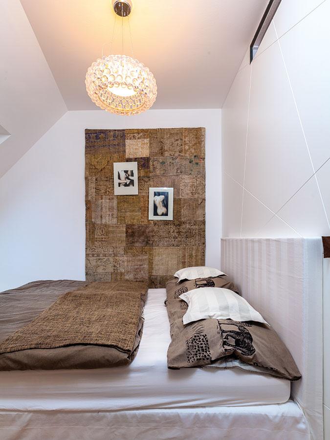 Utajený šatník. Dušan aLea boli stotožnení stým, že spálňa slúži len na spanie. Časť spálne obetovali šatníku, ktorý  bol pre dvojicu dôležitým odkladacím priestorom. Dizajnér ho nenápadne skryl za bielou štruktúrovanou stenou.
