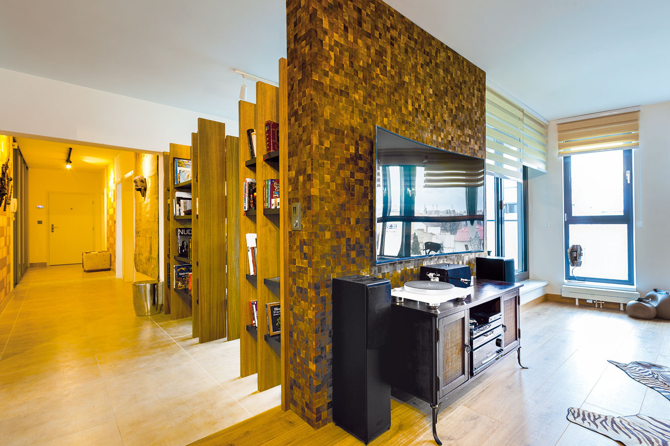 Masívny drevený obklad na stene za televízorom je výrazný prvok, ktorý zaujme na prvý pohľad.