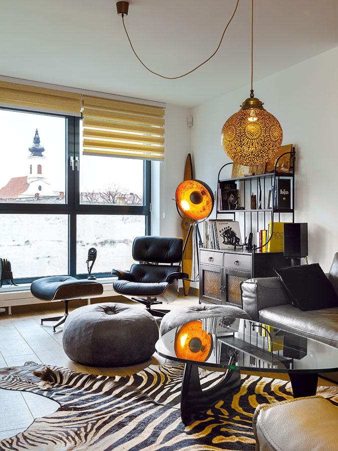 """Eamesovci, Le Corbusier azebra. Africké suveníry, skrinky zo starého bytu aniekoľko kúskov nadčasového dizajnu prvej polovice minulého storočia. """"Som rád, že sa majiteľom táto dizajnérska klasika páčila."""""""