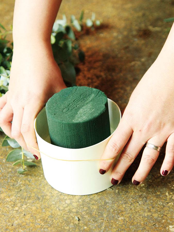 Namočenú aranžérsku hmotu vyrežte do tvaru valca avložte do nádoby.