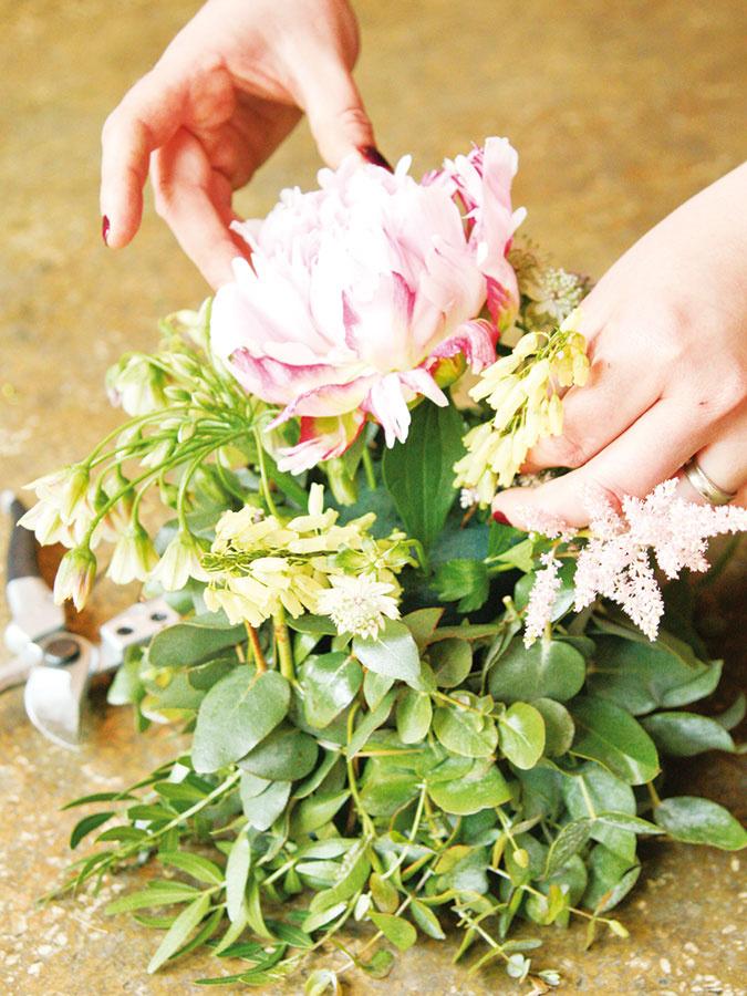 Všetky ostatné rastliny skráťte pomocou nožíka šikmým rezom. Do stredu nádoby umiestnite pivonku aknej ružu aastilbu. Do medzier medzi nimi povkladajte zvyšné rastliny – glejovku, černuchu, astrantiu, astru avresovec.