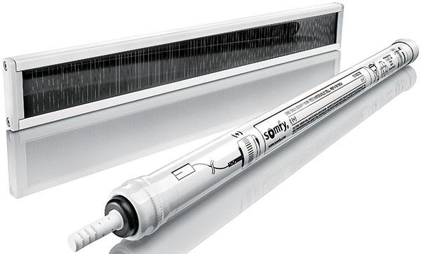 Bezdrôtový pohon Oximo so solárnym napájaním (technológia WireFreeTM) predstavuje ekologické aenergeticky úsporné riešenie pohonu, ktoré možno použiť pri všetkých typoch vonkajších roliet, ato aj vmiestach bez prívodu elektrickej energie. Je napájaný batériou sdlhou životnosťou, ktorá sa dobíja solárnym panelom.