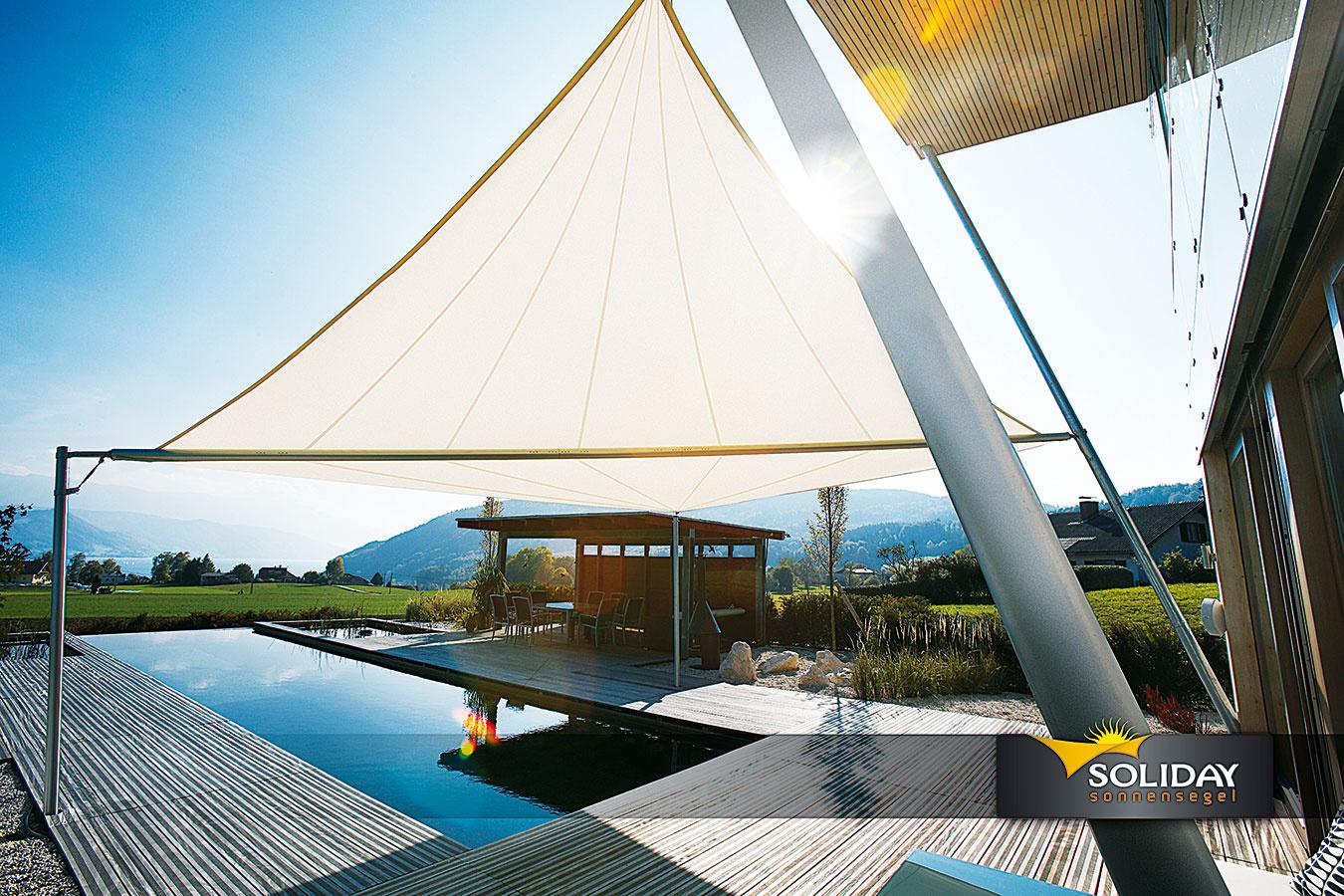 Slnečné plachty Soliday Sunsails sa navrhujú individuálne, na mieru (vzávislosti od konkrétneho domu), pričom jedinou štvoruholníkovou plachtou možno zatieniť až 80 m2. Navíjajú sa na hriadeľ, na výber je ručné alebo motorické ovládanie so slnečnou aveternou automatikou. (viac na www.sunsails.sk)