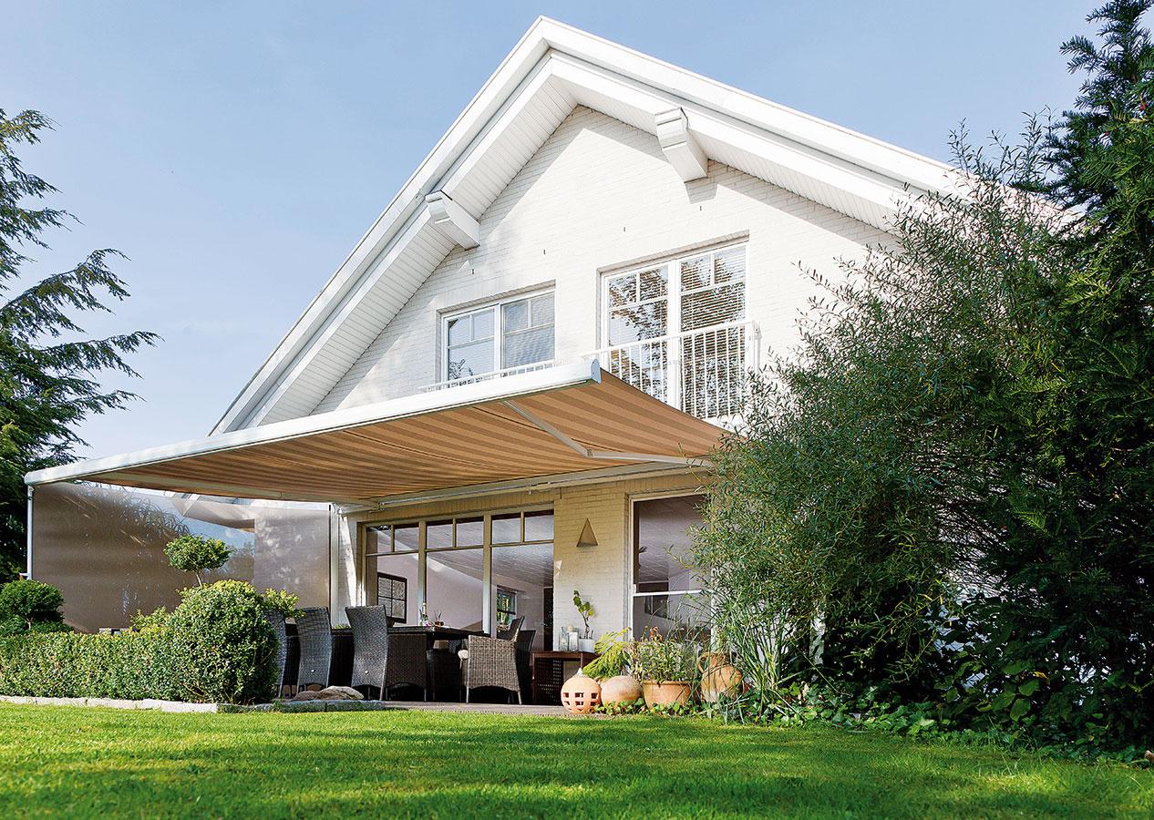 Kazetová markíza Kaseta má precíznu arobustnú konštrukciu, vďaka ktorej funguje spoľahlivo apresne aj pri veľkých rozmeroch. Mechanizmus aj látku vstiahnutom stave ochraňuje pred vplyvmi počasia elegantná kazeta. Markízu možno doplniť výsuvným volánom, ktorý chráni pred nízkym podvečerným slnkom.