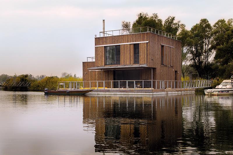 V nízkoenergetickom plávajúcom dome trávi rodina každú voľnú chvíľu