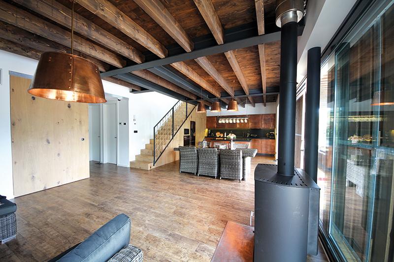 V industriálne ladenom interiéri, ktorý rovnako navrhol a realizoval tím eXworks, bola dôležitou požiadavkou bezúdržbovosť a maximálne využitie priestoru. Väčšina nábytku a zariadenia – kuchynská linka, vstavaná skriňa pod schodiskom či postele sa vyrábali na mieru.
