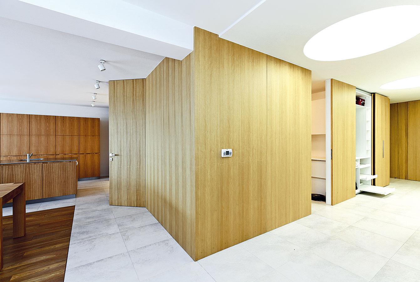 Súčasťou steny aj nábytku. Detaily takýchto dverí si vyžadujú značnú remeselnú zručnosť. Vtedy môžu zárubne úplne zapadnúť do plochy steny akonkurovať skrytým nábytkovým kovaniam. návrh a realizácia interiéru: Rules Architekti
