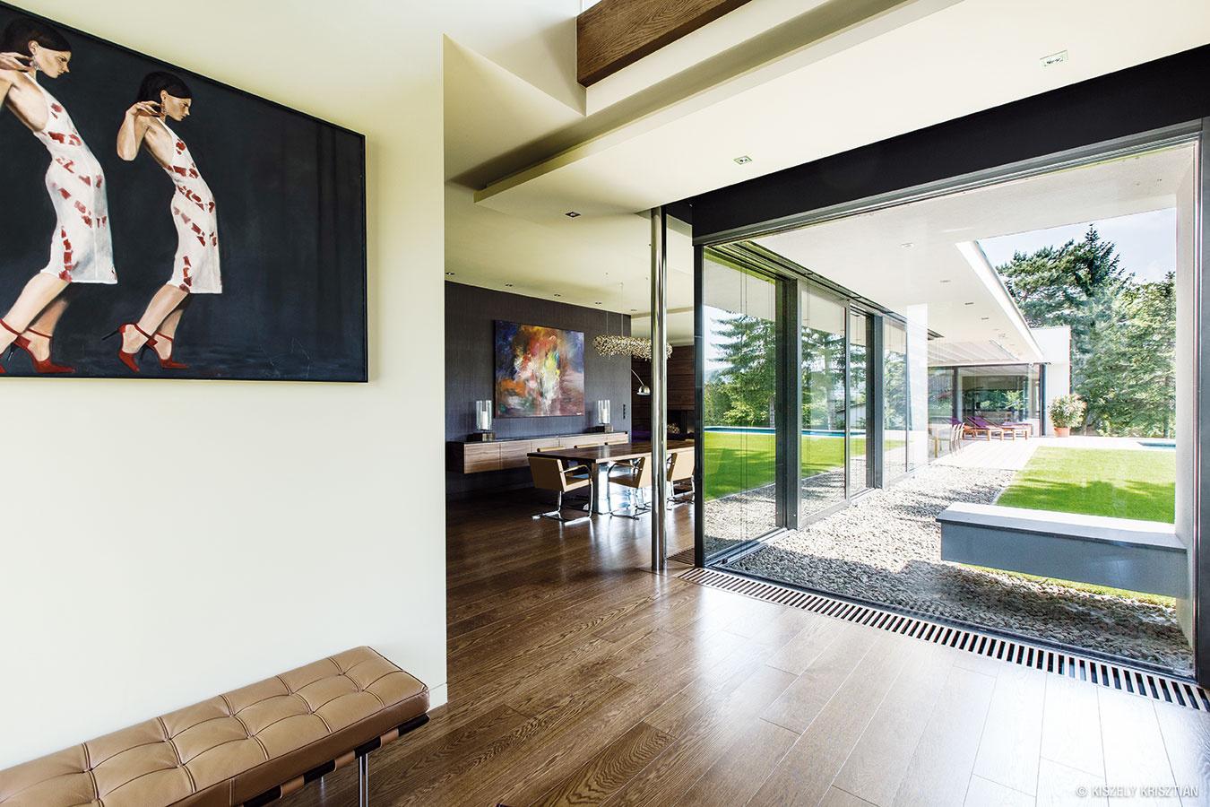 Vjednoduchosti je komfort. Prelínanie okolia avnútra domu je ideálnou situáciou na vytvorenie veľkorysej terasy na skok od bazéna aj obývačky.
