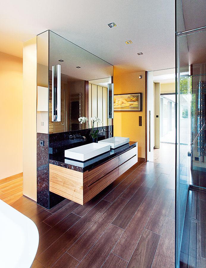 (Ne)očakávane otvorená. Ani kúpeľňa nie je tvrdo oddelená stenami. Priestor ňou otvorene tečie, vceste na terasu nič nebráni. Opäť sa kslovu dostali prírodné odtiene orechového dreva anekomplikované štvoruholníky.