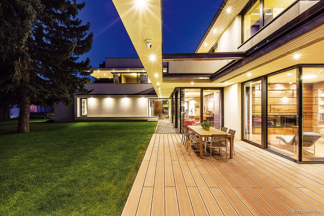 Nočný efekt. Sklené bariéry medzi interiérom aexteriérom pôsobia pri pohľade do osvetleného domu za tmy ešte vágnejšie.