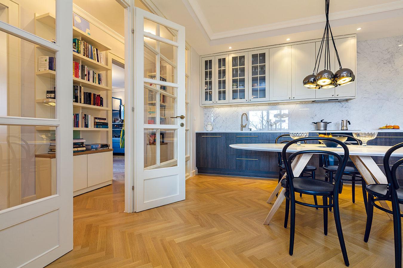 Na obývačku nadväzuje priestranná jedáleň akuchyňa. Veľkou zasklenou stenou spojila architektka dennú zónu schodbou, ktorá vedie kdetským izbám arodičovskej spálni.