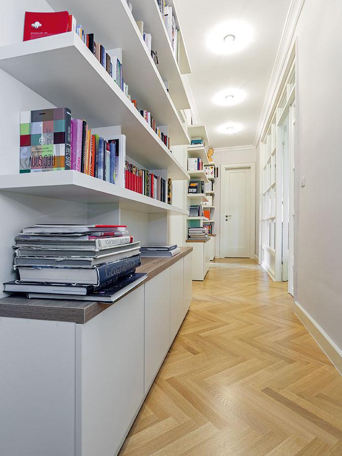 Dve vjednej. Aby bolo kam uložiť knihy, ktorých je vtejto rodine nemálo, navrhla architektka chodbo--knižnicu. Dlhá chodba, zktorej sa vchádza do izieb vnočnej zóne, tak dostala ďalšiu praktickú funkciu azároveň atraktívny vzhľad.
