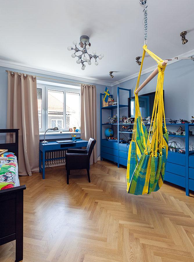 """Farebné ladenie. V chlapčenskej izbe zladili rôznorodý nábytok novým náterom. Klasický """"Ikeácky"""" policový systém, starší stôl a nová posteľ vďaka tomu vytvorili zladený celok, ktorý nebude ťažké prispôsobovať meniacim sa požiadavkám rastúceho dieťaťa."""