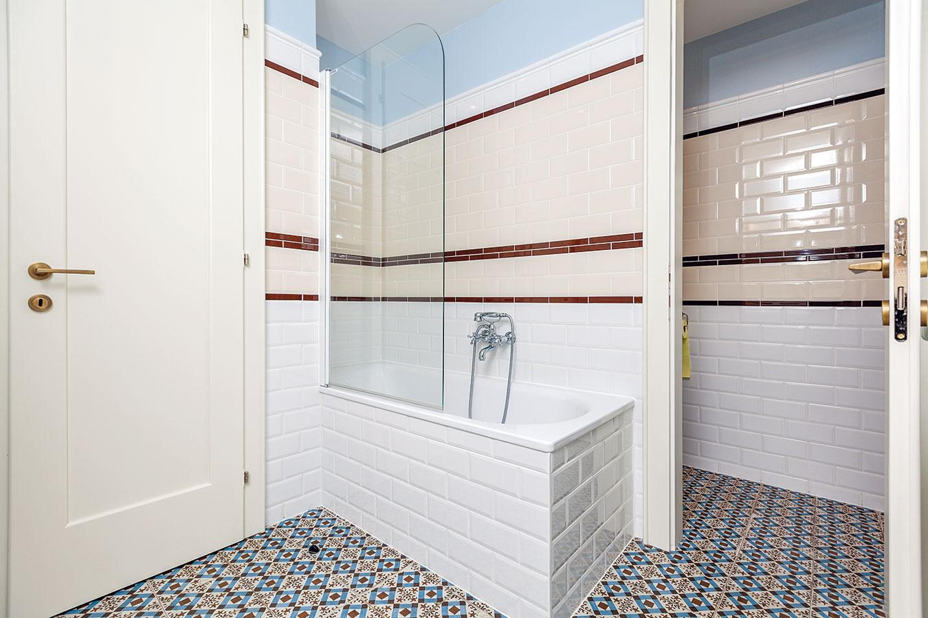 Z hlavnej kúpeľne je prístupné oddelené WC. Farebnosť obkladu zladila Kamila s dlažbou, štýl s duchom päťdesiatych rokov.