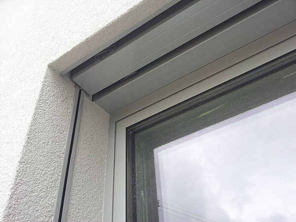 Bočné vedenie vonkajších žalúzií elegantne skryté pod omietkou umožňujú tzv. zatepľovacie polystyrény so zabudovanými vodiacimi lištami, určené na ostenie. Zároveň zamedzujú vznik tepelných mostov vokolí okna.