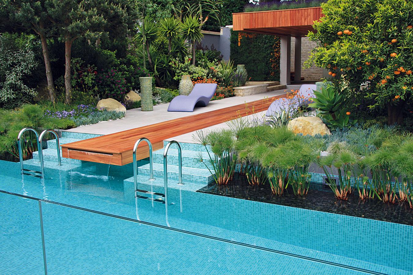 V okolí bazéna treba vždy počítať s vytvorením priestoru na záhradné sedenie, ktoré by malo harmonizovať s celkovým štýlom záhrady. Z rastlín voľte druhy, ktorým v lete neprekáža páľava, sucho ani občasné špľachnutie bazénovej vody.