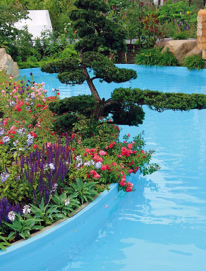 Zmiešané záhony sa odporúča vytvárať v pozadí bazéna v dostatočnej vzdialenosti od vodnej hladiny. Ak sa predsa len rozhodnete situovať záhon do tesnej blízkosti bazéna, namulčujte ho mulčom, prípadne štrkom, čím čiastočne zabránite prenikaniu zeminy do vody.