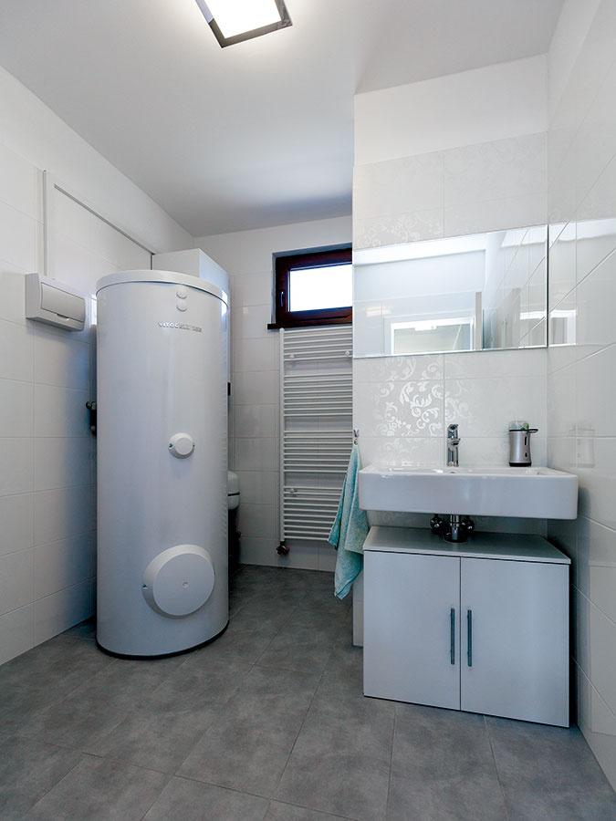 Skumulovaniu funkciou. Kpraktickým riešeniam patrí pomerne veľkorysá technická miestnosť, splochou asi 8 m2. Okrem tepelného čerpadla je vnej aj hosťovská toaleta, práčovňa smiestom na sušičku aodkladacie priestory, ktoré súvisia sdomácimi prácami.
