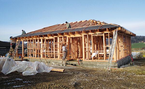 Zo stavby. Začína sa drevenou stĺpikovou konštrukciou, ktorá sa obmuruje lícovou fasádou (hr. 15 cm) sprevetrávanou vzduchovou medzerou. Vznikne tzv. priečne vetraná ťažká fasáda, ktorá je charakteristickým prvkom systému ROBY. Cena takéhoto domu postaveného vokolí Považskej Bystricen je približne 900 €/m2 (vrátane základov).