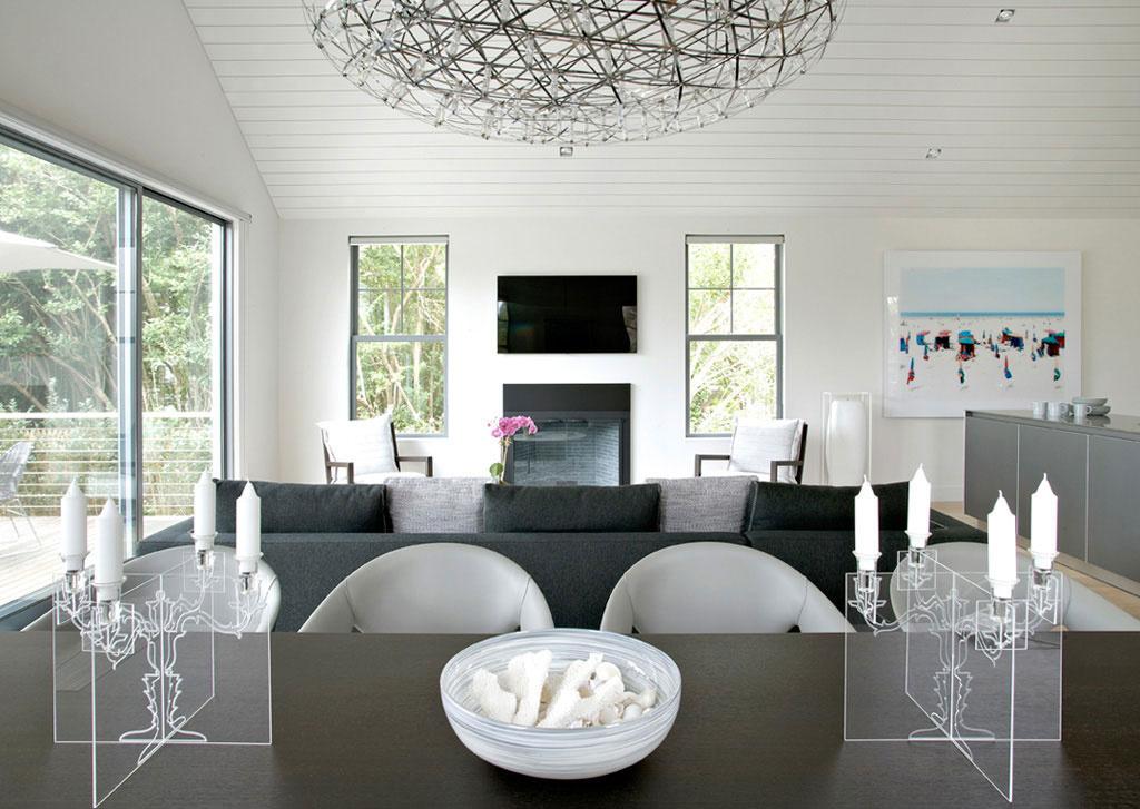 Elegantný víkendový dom založený na kontraste exteriéru a interiéru