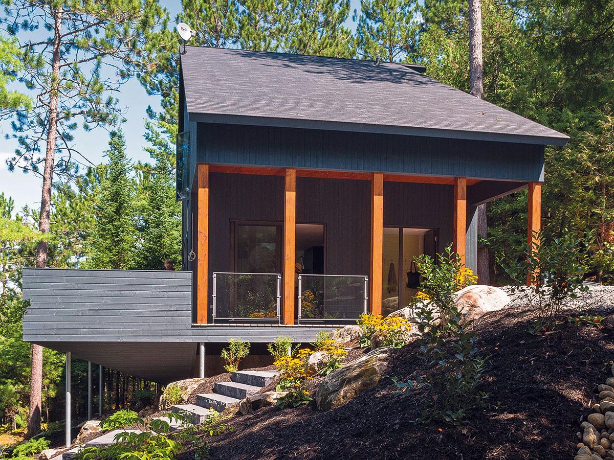 Terasa objíma chatu z troch strán. Je integrálnou súčasťou domu a počas teplých dní poskytuje ďalší obytný priestor.