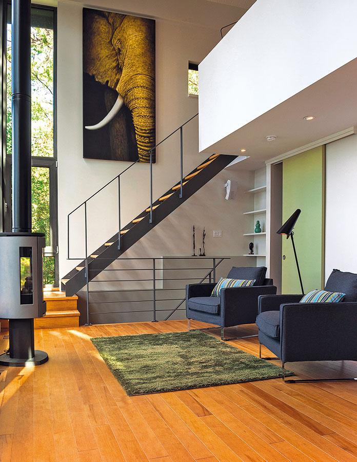 Sivá a hnedá dominujú aj v interiéri a odkazujú na farebnosť fasády. Základ z tlmených, nenápadných farieb necháva vyniknúť niekoľko málo doplnkov.