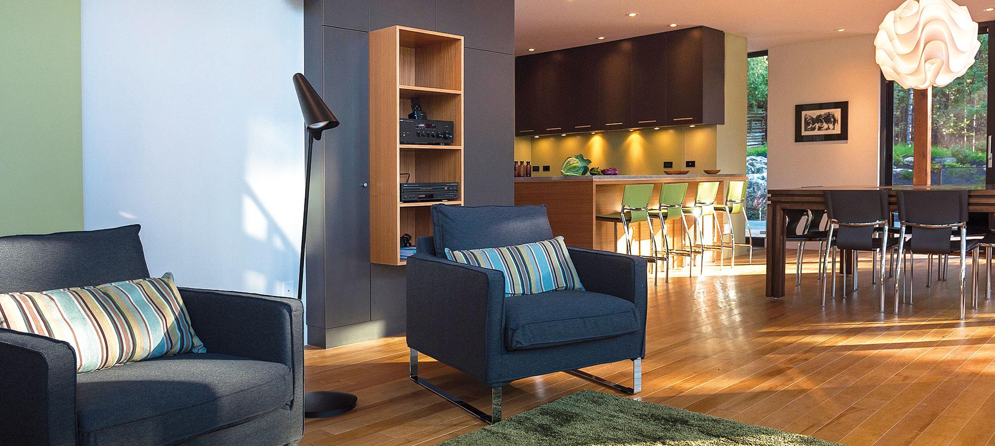 Prostý, ale pohodlný. Otvorený interiér je zariadený jednoducho a účelne, v decentných farbách. Na odpočinok v prírode nie je potrebný luxus.
