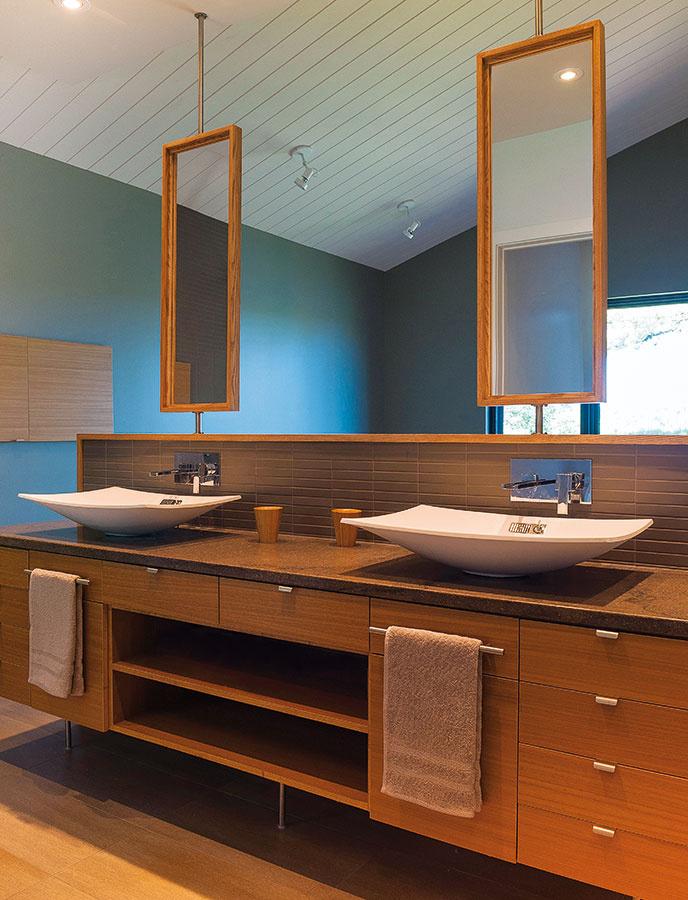 Kúpeľňa je súčasťou spálne. Z druhej strany umývadlových skriniek so zrkadlami je čelo postele, sprchovací kút oddeľuje len sklenená zástena. Vďaka tomuto spojeniu majú spálňa aj kúpeľňa k dispozícii exkluzívny priestor aj prístup k dennému svetlu.