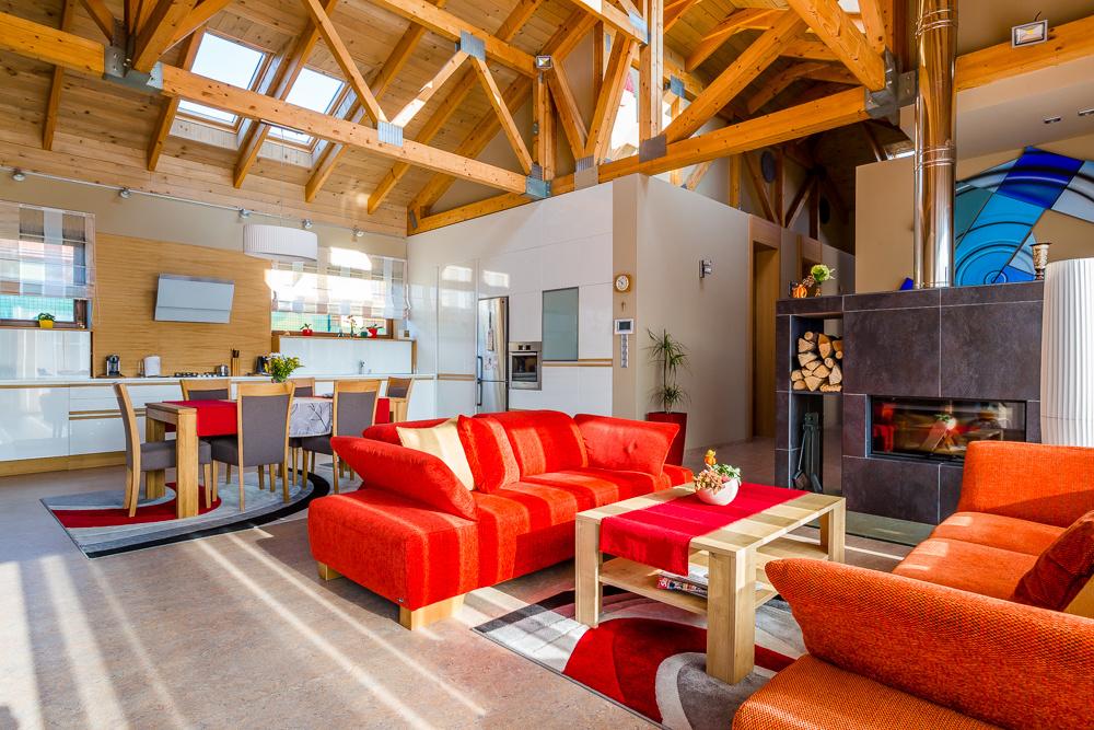 Otvorený krov zaručuje priestrannosť interiéru.