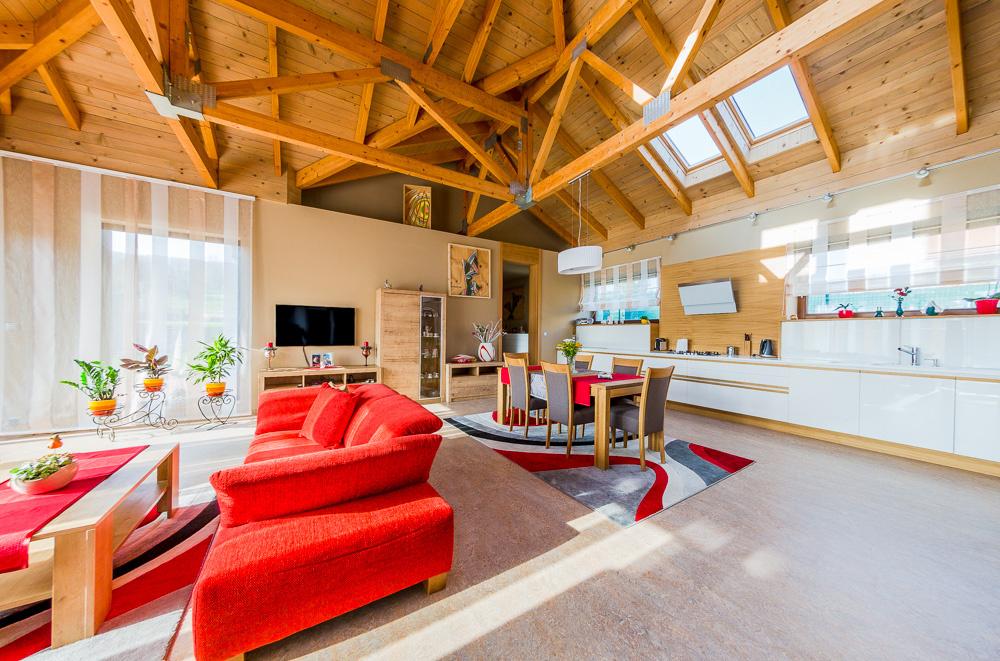 Útulnosť priestoru podčiarkuje použitie drevených trámov.