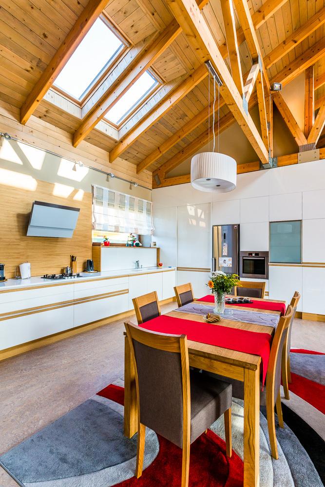 Presvetlený bungalov s hravým interiérom