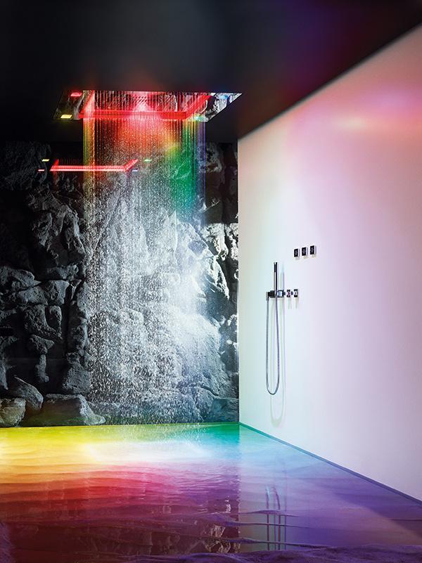 Všetkými zmyslami. Sensory Sky od Dornbrachtu pridáva k sprchovaniu 3 scenáre striedania teploty vody, hmly, farebného svetla a vône, ovláda sa elektrodisplejmi. (foto: Dornbracht)
