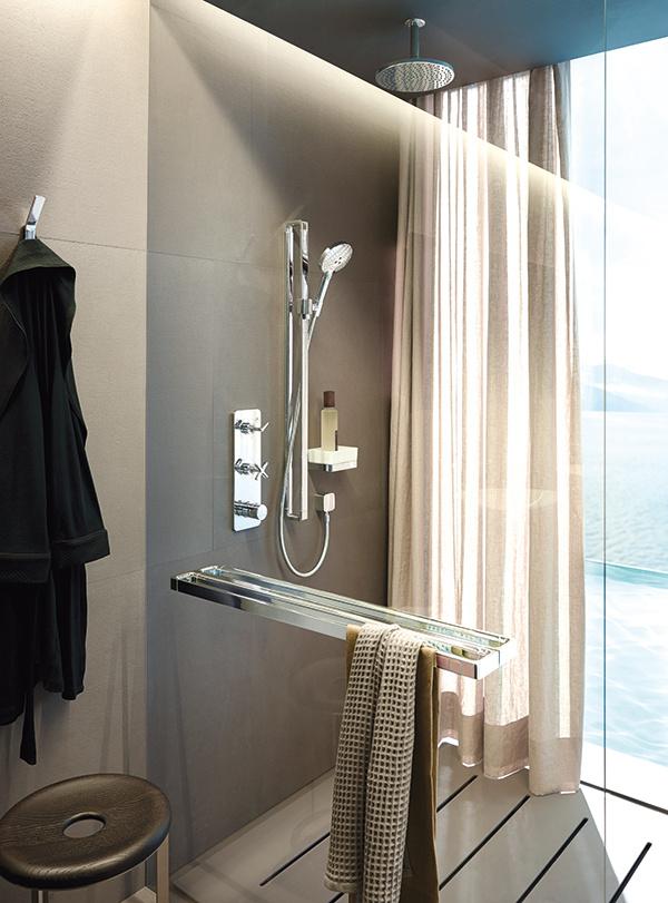 Intuícia a ergonómia. Aby boli sprchovacie panely k užívateľovi čo najkamarátskejšie, nestavili výrobcovia len na hi-tech, ale aj na praktický dizajn. Sprcha Axor Citterio E má svojím dizajnom uľahčiť sprchovanie a ovládanie. Využíva pritom aj krížové úchytky a ikony na intuitívny výber intenzity prúdu. (foto: Axor,  Hansgrohe)