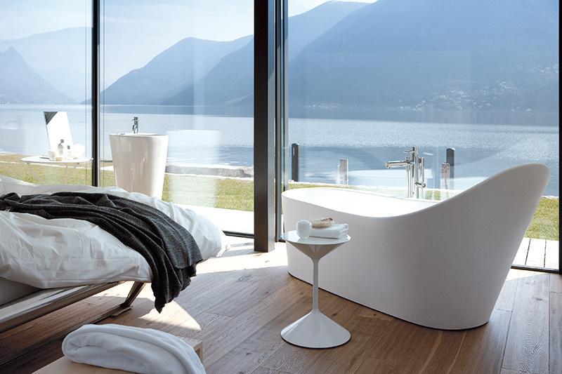 Takmer ako v mori. Tvar relaxašnej vane nemá byť nepríjemný iba pre oči. (vaňa z Palomba Collection od značky Laufen, 180 x 90 cm) foto: Laufen