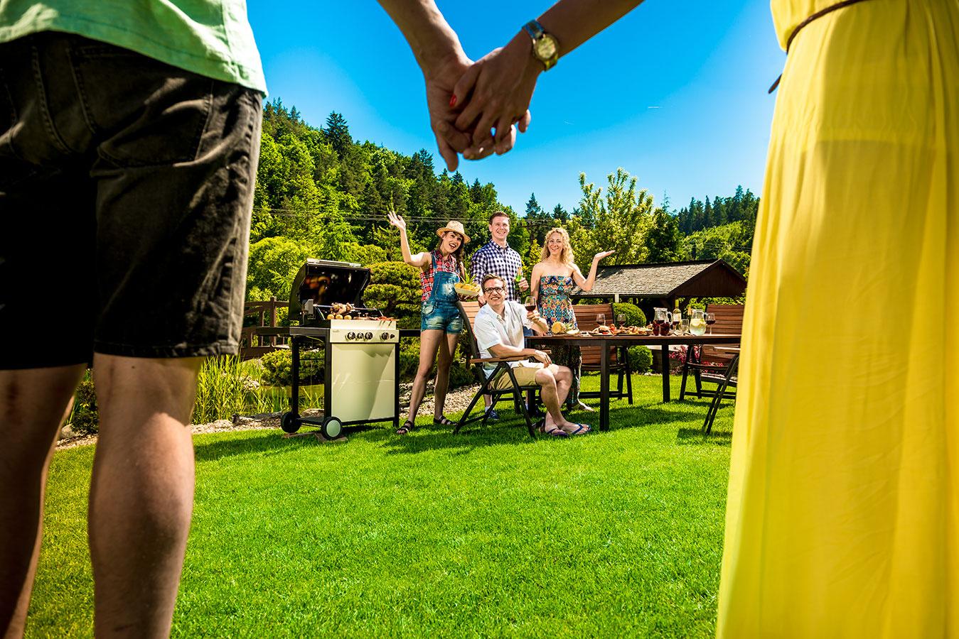 Záhradná slávnosť sa nezaobíde bez kvalitného a pohodlného posedenia a sofistikovaného plynového grilu americkej značky Char-Broil na prípravu gurmánskych špecialít. Pozvite svojich priateľov.
