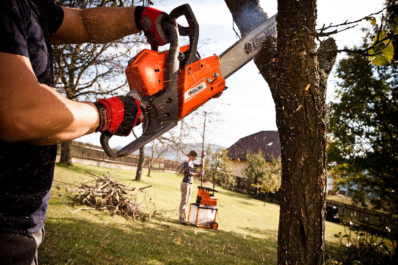 Upratať záhradu, spracovať drevný odpad a pripraviť palivové drevo na zimu. Vďaka posezónnemu výpredaju zoženiete pomocníkov do jesennej záhrady už teraz za mimoriadne nízke ceny!