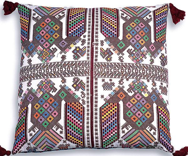 Pestrofarebné vankúše sú vhodným doplnkom na ustlanú posteľ alebo na pohodlnú modernú pohovku. Modely Panajachel aElPalmar, 71 × 71 cm, ručne vyrábané avyšívané vGuatemale, od 109,60 €, www.furbishstudio.com.