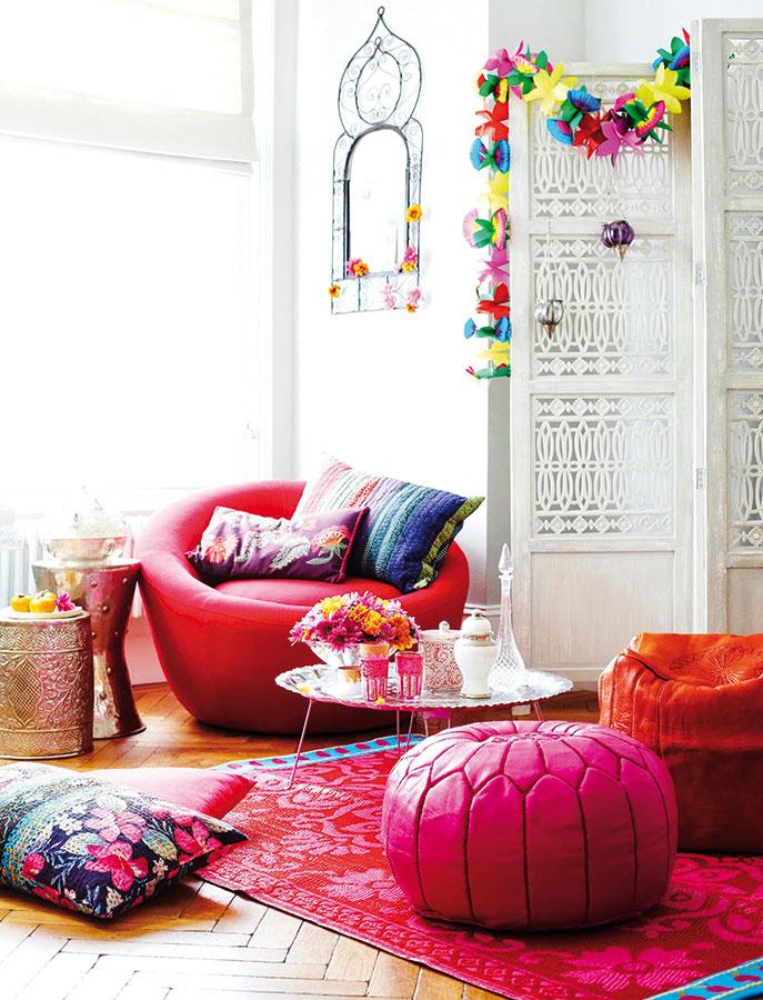 Marocké taburetky Nila sú hravým doplnkom. Vďaka sviežim farbám sú kombináciu moderného aj exotického. Koža vyrábaná vMarrákeši, priemer 55 cm, výška 40 cm, 124,69 €, www.nordicday.sk